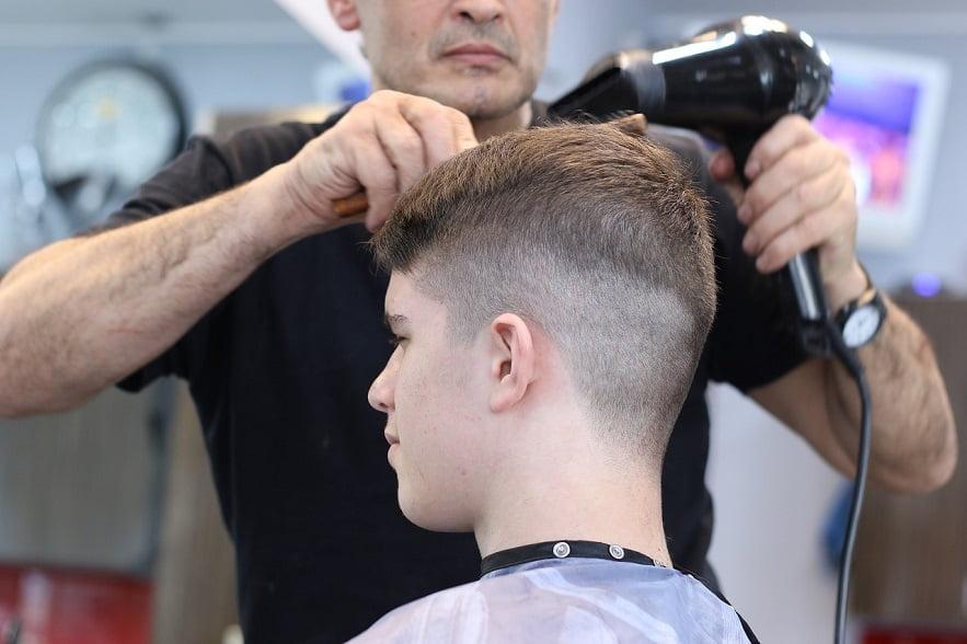 Reklama zewnętrzna salonu fryzjerskiego w nowoczesnym wydaniu